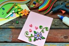 Technique de Quilling Bandes de papier, fleurs, ciseaux, éléments Métiers faits main sur le thème de vacances : Anniversaire, fêt Image stock