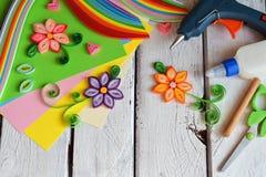 Technique de Quilling Bandes de papier, fleurs, ciseaux, éléments Métiers faits main sur le thème de vacances : Anniversaire, fêt Photos stock