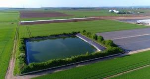 Technisch reservoir naast grote serres, groene gebieden rond een grote serre, Technisch reservoir rond a stock videobeelden