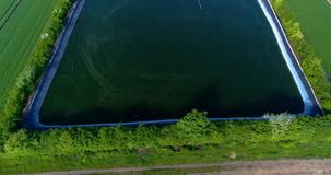 Technisch reservoir naast grote serres, groene gebieden rond een grote serre, Technisch reservoir rond a stock footage