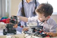 Technische activiteiten voor kleine kinderen Mededeling en digitaal concept stock afbeelding