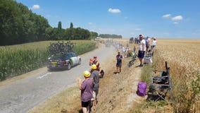"""Technische Fahrzeuge auf einem Kopfstein-Straße †""""Tour de France 2018 stock footage"""