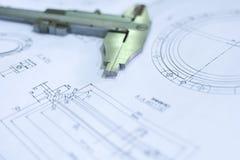 Technische Konstruktionszeichnung und Tasterzirkel der Nahaufnahme Technischer Hintergrund des Konzeptes lizenzfreie stockbilder