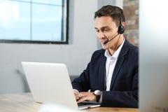 Technische ondersteuningexploitant met hoofdtelefoon in bureau royalty-vrije stock foto