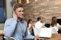 Technische ondersteuningexploitant met hoofdtelefoon in bureau royalty-vrije stock fotografie