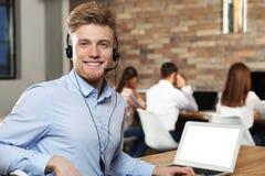 Technische ondersteuningexploitant met hoofdtelefoon in bureau stock foto's