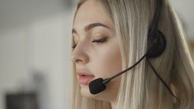 Technische ondersteuningspecialist die met klant door hoofdtelefoon spreken stock videobeelden