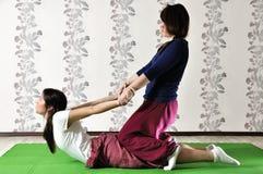 Technische uitvoering van Thaise massage stock foto