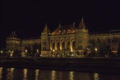 Technische Universitaire Muszaki Egyetem in nacht Boedapest Hongarije royalty-vrije stock foto