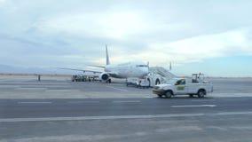 Technische Unterstützung des Flughafens stock video footage