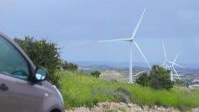 Technische vooruitgang, natuurlijk milieubehoud, windlandbouwbedrijf, elektrische auto stock videobeelden