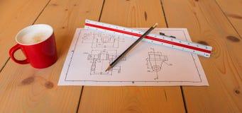 Technische Zeichnung und Kaffee lizenzfreie stockfotografie