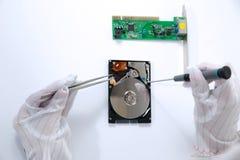 Technischer Chirurg, der an Festplattenlaufwerk - Datenwiederaufnahme arbeitet Lizenzfreie Stockbilder