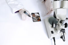 Technischer Chirurg, der an Festplattenlaufwerk - Datenwiederaufnahme arbeitet Lizenzfreies Stockbild