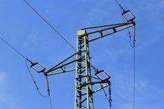 Technisches Bild einer Dreikabelmittelspannungslinie referenten Schulmaterial Wenden Sie auf dem Hintergrund eines blauen Himmels Stockbild