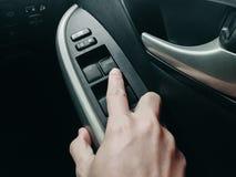 Technnology στο αυτοκίνητο με τον αυτόματο έλεγχο παραθύρων στα μαύρα armres Στοκ Φωτογραφίες