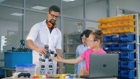 Technolgies de la robótica del estudio del profesor de ciencias de la escuela con los alumnos elegantes almacen de video