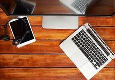 Technologia gadżety na drewnianym stole Zdjęcia Royalty Free