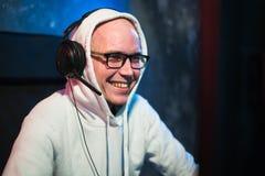 Technologia, hazard, rozrywka, pozwalał ` s sztukę i zaludnia pojęcie - szczęśliwy młody człowiek w słuchawki i szkłach z kompute obraz royalty free