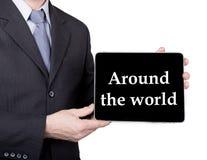 Technologia, internet i networking w turystyki pojęciu, - biznesmen trzyma pastylka komputer osobistego z znakiem dookoła świata Zdjęcie Royalty Free