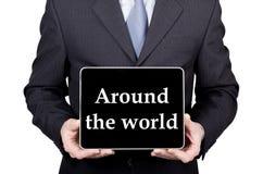 Technologia, internet i networking w turystyki pojęciu, - biznesmen trzyma pastylka komputer osobistego z znakiem dookoła świata obraz royalty free