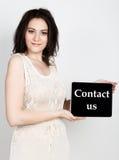 Technologia, internet i networking, - zakończenie pomyślna kobieta trzyma pastylka komputer osobistego szyldowy z kontaktem my In zdjęcie stock
