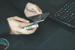 Technologia, online bankowość, przelew pieniędzy, handlu elektronicznego pojęcie Biznesmen używa smartphone dolarowych rachunków  Fotografia Stock