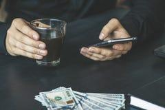 Technologia, online bankowość, przelew pieniędzy, handlu elektronicznego pojęcie Biznesmen używa smartphone dolarowych rachunków  Obraz Stock