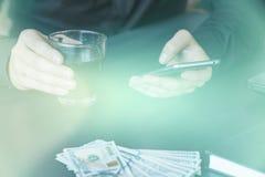 Technologia, online bankowość, przelew pieniędzy, handlu elektronicznego pojęcie Lekki tonowanie Obraz Stock