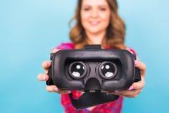 Technologia, rzeczywistość wirtualna, rozrywka i ludzie pojęć, - dziewczyna daje rzeczywistość wirtualna gogle fotografia royalty free