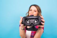 Technologia, rzeczywistość wirtualna, rozrywka i ludzie pojęć, - dziewczyna daje rzeczywistość wirtualna gogle obraz stock