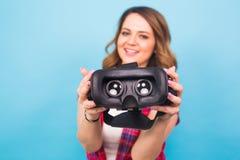 Technologia, rzeczywistość wirtualna, rozrywka i ludzie pojęć, - dziewczyna daje rzeczywistość wirtualna gogle zdjęcia stock