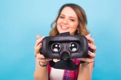 Technologia, rzeczywistość wirtualna, rozrywka i ludzie pojęć, - dziewczyna daje rzeczywistość wirtualna gogle obrazy royalty free