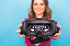 Technologia, rzeczywistość wirtualna, rozrywka i ludzie pojęć, - dziewczyna daje rzeczywistość wirtualna gogle fotografia stock
