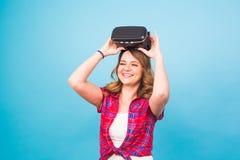 Technologia, rzeczywistość wirtualna, rozrywka i ludzie pojęć, - kobieta z rzeczywistość wirtualna gogle obrazy stock