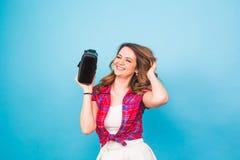 Technologia, rzeczywistość wirtualna, rozrywka i ludzie pojęć, - kobieta z rzeczywistość wirtualna gogle zdjęcia royalty free