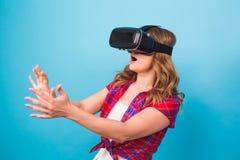 Technologia, rzeczywistość wirtualna, rozrywka i ludzie pojęć, - kobieta z rzeczywistość wirtualna gogle zdjęcie royalty free