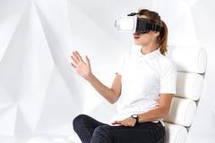 Technologia, rzeczywistość wirtualna, rozrywka i ludzie pojęć, - szczęśliwa młoda kobieta z rzeczywistości wirtualnej słuchawki s fotografia stock
