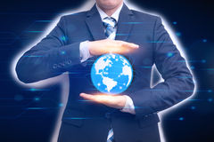 Technologie łączy słowo z biznesowego mężczyzna mienia cyfrą Obrazy Royalty Free