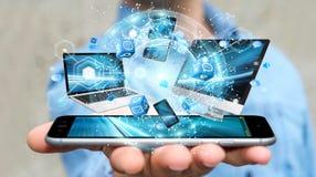 Technologie-apparaten aan elkaar door zakenman die 3D terug te geven worden aangesloten Royalty-vrije Stock Foto's