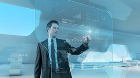 Technologie-Bildschirm- Schnittstelle des Geschäftsmannpressediagramms zukünftige Lizenzfreie Stockbilder