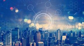 Technologie-cirkel met luchtmening van stadshorizonnen stock afbeeldingen