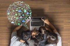 Technologie d'innovation d'affaires avec la famille heureuse Images libres de droits