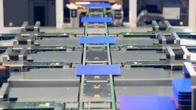 Technologie d'innovation Les cellules solaires de module se déplacent directement ou vers la droite le long des bandes de conveye