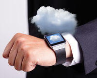 Technologie de calcul de nuage avec la montre intelligente photographie stock