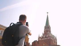 Technologie de voyage et de mode de vie L'homme de touristes heureux regarde le smartphone de navigateur prenant le selfie avec l banque de vidéos