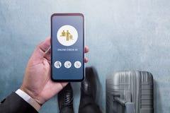 Technologie de voyage sur le concept de Smartphone Vue supérieure d'homme d'affaires Photo stock