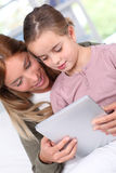 Technologie de wih de parent et d'enfant Image libre de droits