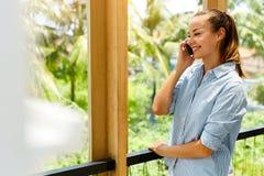 Technologie des communications Femme de sourire d'affaires employant le mobile, Image stock