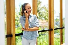 Technologie des communications Femme de sourire d'affaires employant le mobile Photo libre de droits